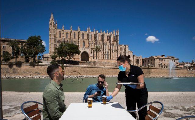 Za polovico Špancev so se spet odprle terase barov in restavracij. Foto: Jaime Reina/Afp