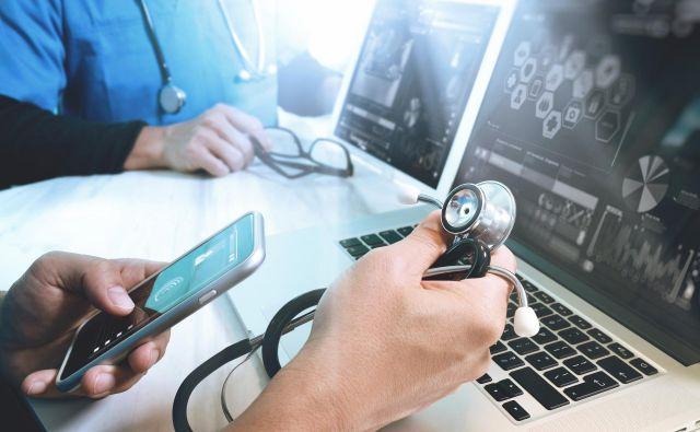 Sodobna tehnologija omogoča spremljanje življenjskih funkcij pacienta doma in sprotni prenos rezultatov meritev zdravstvenemu osebju, ki lahko na podlagi tega prilagaja terapevtske ukrepe. FOTO: Shutterstock