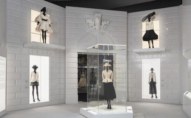 Modni oblikovalec Christian Dior je ženskam po vojnem pomanjkanju z <em>novim videzom</em>, ki ga simbolizira bel oprijet suknjič s širokim plisiranim črnim krilom, rokavicami in zašiljeni salonarji s tanko peto, povrnil feminilnost. Foto Arhiv Muzeja V & A