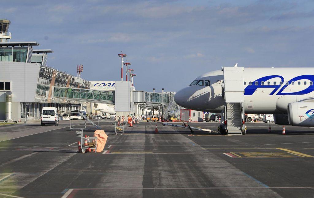 FOTO:Vlada sprošča ukrepe na področju mednarodnega zračnega prometa