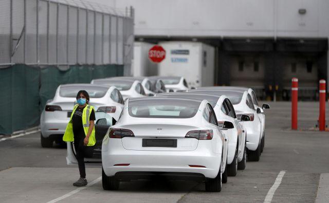 Delavci so se včeraj vrnili v Teslovo tovarno v Fremontu. FOTO: Stephen Lam/Reuters