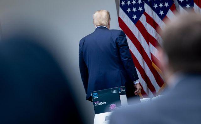 Republikanski predsednik Donald Trump je v ponedeljek zapustil tiskovno konferenco. Foto AFP