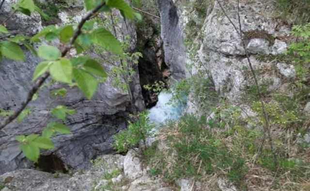 Kot so povedali na PU Nova Gorica, so na kraj napotili policiste in gasilce. Identiteto umrlega bodo v postopku potrjevali v prihodnjih dneh. FOTO: PU Nova Gorica