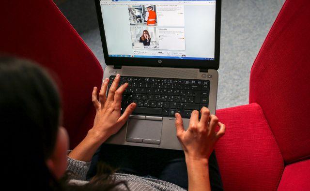 Številne spletne strani lokalnih skupnosti, državnih organov in oseb javnega prava še niso prilagojene slepim, gluhim, kognitivno oviranim in tudi starejšim, ki morda slabše vidijo in slišijo. FOTO: Matej Družnik