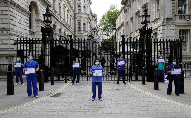 Tako so se zdravstveni delavci v Londonu poklonili spominu na Florence Nightingale in zahtevali boljše delovne razmere. FOTO: AFP