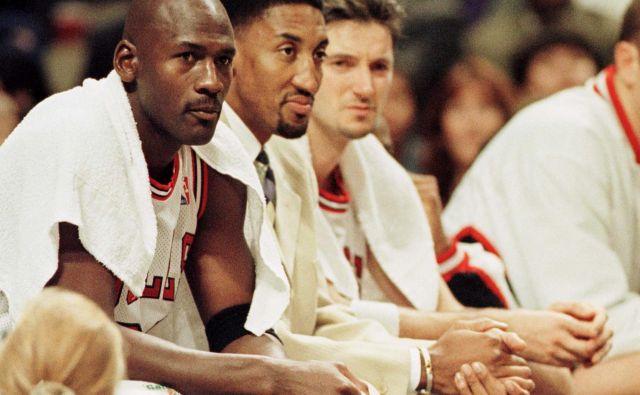 Toni Kukoč (desno), Scottie Pippen in Michael Jordan (levo) v zlatih dneh Chicaga. FOTO Reuters
