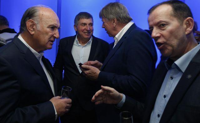 Ljubo Jasnič (na fotografiji levo med pogovorom z Enzom Smrekarjem, v ozadju Jelko Gros in Drago Bahun) si že razbija glavo s tem, kako bodo zakrpali denarno luknjo.<br /> FOTO: Matej Družnik