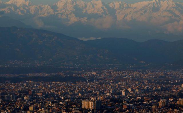 Prvič po petdesetih letih je mogoče videti snežno bele himalajske vrhove. FOTO: Reuters