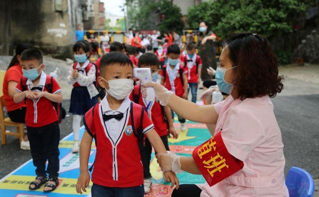Koronavirus je družbo tudi generacijsko razdelil. Na Daljnem vzhodu mladi (na fotografiji prizor iz vrtca v kitajski provinci Hunan), spoštujejo starejše, saj vedo, da gredo po njihovi poti. FOTO: Reuters