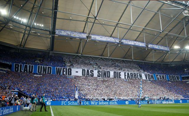 Konec tedna bosta odprla ligo Dortmund in Schalke, toda podobni prizori s porurskega derbija bodo začasno le lep spomin. FOTO: Reuters