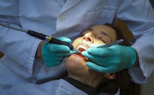 Pred epidemijo so zobozdravniki sprejeli od 15 do 20 pacientov na dan, zdaj jih bodo od sedem do osem. Drugače ne gre zaradi zagotavljanja varnostnih ukrepov, pravi stroka. FOTO: Jože Suhadolnik/Delo