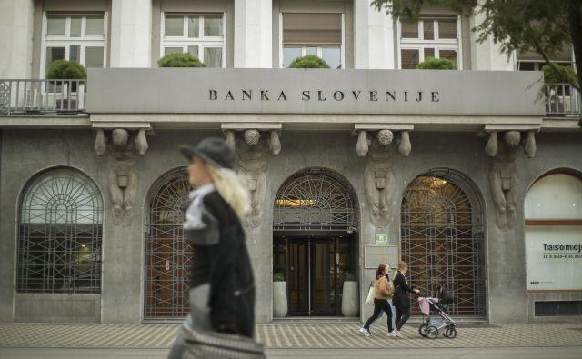 V Banki Slovenije pravijo, da so banke v trenutno krizo vstopile z visoko kapitalsko ustreznostjo, likvidnostjo in dobrimi preostalimi kazalniki bančnega poslovanja, njihovo stabilnost pa krepijo tudi ukrepi ECB in ukrepi BS, kljub temu pa lahko pričakujemo, da se bodo zaostrene razmere v domačem in mednarodnem gospodarskem okolju vse bolj odražale tudi v njihovem poslovanju. FOTO: Leon Vidic/Delo