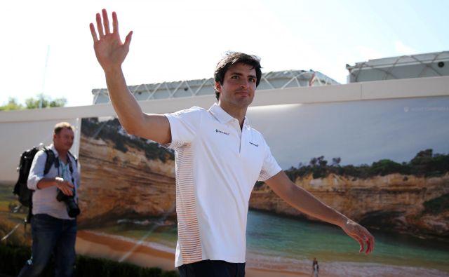 Carlos Sainz bo očitno mahal navijačem Ferrarija. FOTO: Reuters