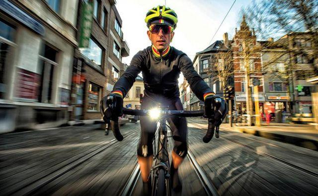 V eni najbolj resnih med njimi se je pokazalo, da na ravni in pregledni cesti avtomobilisti začnejo kolesarja prehitevati le sekundo in pol prej, preden ga ujamejo.FOTO: Arhiv proizvajalca Sigma