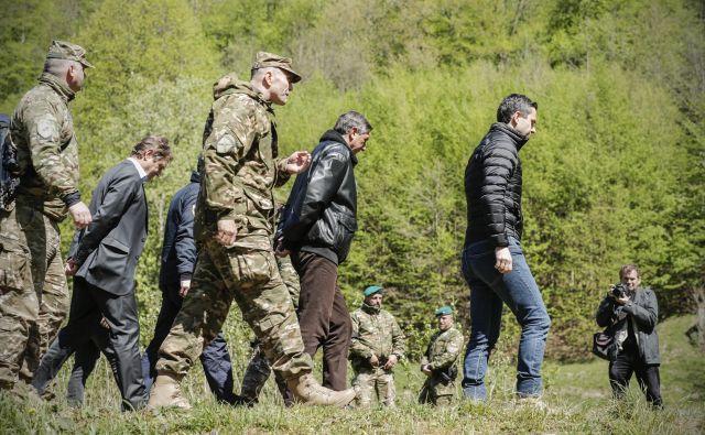 Grupiranje dela državnega vodstva ob Kolpi. FOTO: Uroš Hočevar/Delo
