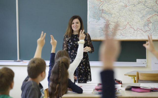Najmlajši bodo sedli vsak v svojo šolsko klop, sošolcev bo v razredu manj. FOTO Leon Vidic/Delo
