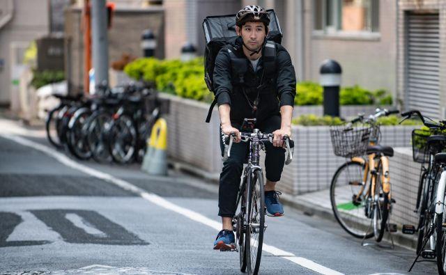 Dostava hrane na kolesu v katerega od bolj hribovitih delov neskončnega Tokia je lahko tudi dober trening. FOTO: AFP<br />