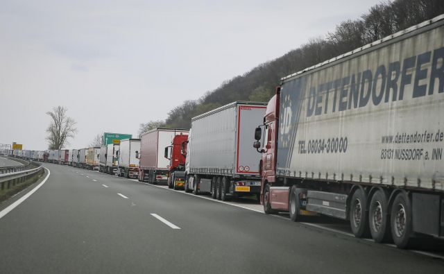 Po začetnih zastojih na mejnih prehodih se je tovorni promet na slovenskih avtocestah zmanjšal za okrog dve petini. FOTO: Jože Suhadolnik/Delo