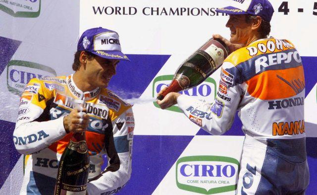 Španec Alex Criville (levo) je leta 1999 nasledil na prestolu SP moštvenega sotekmovalca pri Hondi, Avstralca Michaela Doohana (desno). FOTO: Reuters