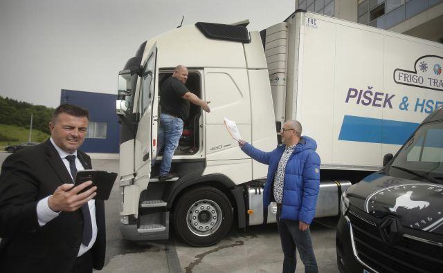 Peter Pišek, predsednik sekcije za promet na OZS in lastnik prevozniškega podjetja (levo), vlado roti, naj ne pozabi na prevoznike. V nasprotju s podjetniki iz drugih panog ima Pišek v rokah močno pogajalsko orodje – grožnje, da bodo s kolegi zaprli ceste, če ne dobijo pomoči. V preteklosti so prevozniki na takšen način marsikdaj dosegli, kar so želeli. FOTO: Jure Eržen/Delo