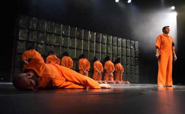 Predstava SMG <em>Naše nasilje in vaše nasilje</em> v režiji Oliverja Frljića leta 2016 na gostovanju na festivalu <em>Dunajski praznični tedni</em>.<br /> Foto Wiener Festwochen