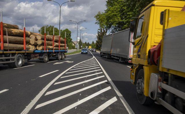 Prenovljeni del Celovške ceste proti Mednemu je še vedno dvopasovni. FOTO: Voranc Vogel/Delo