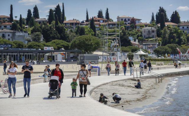 Kdaj bomo spet videli prizore poležavanja na plažah, je v rokah notranjega ministrstva. Očitno to ni tako pomembno, kot je denimo prihod tujih gostov. FOTO: Leon Vidic