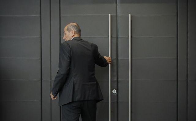 Premier Janez Janša je zanikal nepravilnosti pri nabavi zaščitne opreme in napovedal skorajšnji preklic epidemije, hkrati pa pozval k sodelovanju pri iskanju izhoda iz recesije. FOTO: Jure Eržen