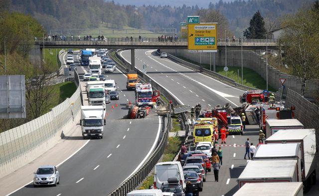 Aprila letos je na naših cestah, ki so bile skoraj prazne, umrlo sedem ljudi, aprila leto prej pa deset. FOTO: Matej Družnik
