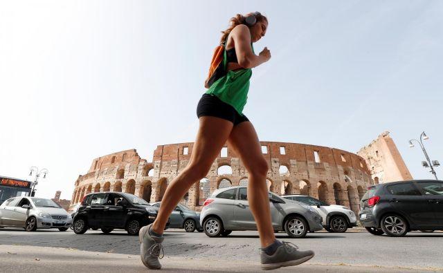 Italija je v začetku maja začela sproščati nekatere ukrepe, ki jih sprejela za omejitev širjenja virusa. Foto: REUTERS/Guglielmo Mangiapane