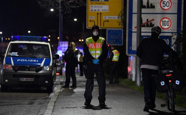 Nemški policisti nadzirajo nemško-francosko mejo med mestoma Strasbourg in Kehl. Foto: Patrick Hertzog/Afp
