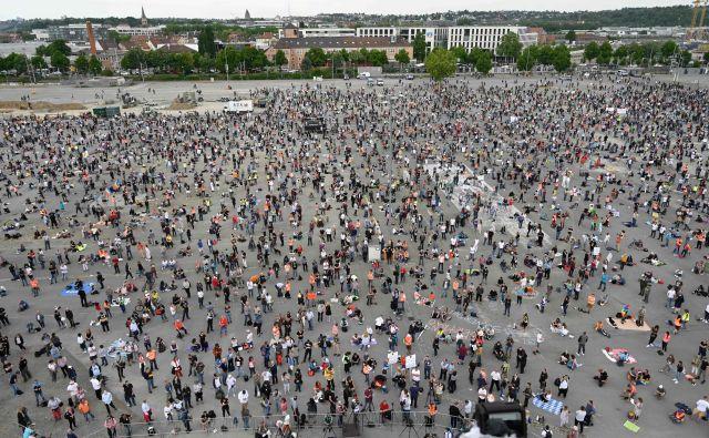 Prejšnjo soboto se je na Cannstatter Wasen v Stuttgartu na protestih še lahko zbralo do 10.000 udeležencev, jutri jih bo lahko največ 5000. FOTO: Markus Riedle/AFP