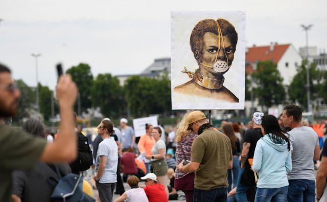 Množica v Stuttgartu protestira proti omejitvam zaradi krize. Foto: AFP