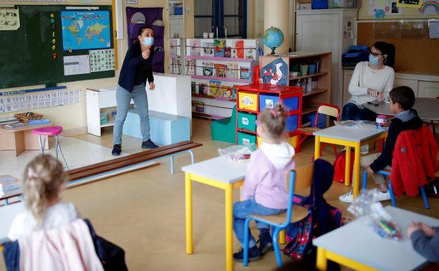 Podobne ukrepe z ohranjanjem razdalje so sprejeli tudi v drugih državah. Psihologi že opozarjajo na stiske otrok. FOTO: Reuters