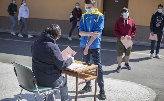 Oddaja prijave za vpis v srednjo šolo na Osnovni šoli Venclja Perka Domžale med epidemijo. FOTO: Leon Vidic/Delo