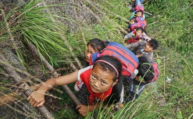 Generacijam prebivalcev vasi Atulie'er na Kitajskem so bile edina povezava s svetom bambusove lestve na višino 800 metrov. FOTO: CGTN