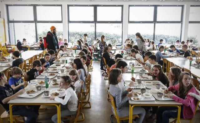 Čas kosila zagotovo ne bo videti tako. Vsak otrok bo sedel sam, dovolj oddaljen od sošolcev. FOTO: Uroš Hočevar