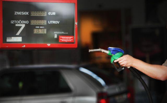 Leta 2009, ko je bila cena bencina nazadnje manj kot evro, smo državi ob nakupu goriv plačevali trošarino in DDV, zdaj je na računu že pet vrst davkov. Foto Jure Eržen