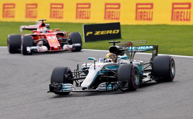Velika tekmeca <strong>Lewis Hamilton</strong> in <strong>Sebastian Vettel</strong> sta se takole borila pred tremi leti na dirki za VN Belgije. FOTO: Reuters