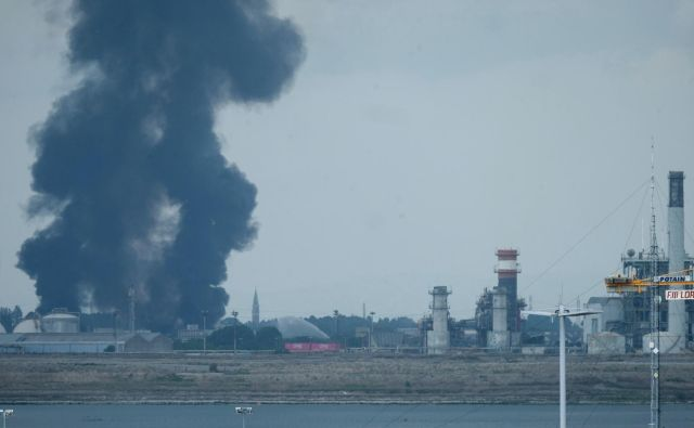 Po informacijah iz medijev je požar izbruhnil okoli 10. ure dopoldne, in sicer zaradi eksplozije rezervoarja s tisoč kubičnimi metri kemikalij, ki jih uporabljajo pri proizvodnji barv. FOTO: Manuel Silvestri/Reuters