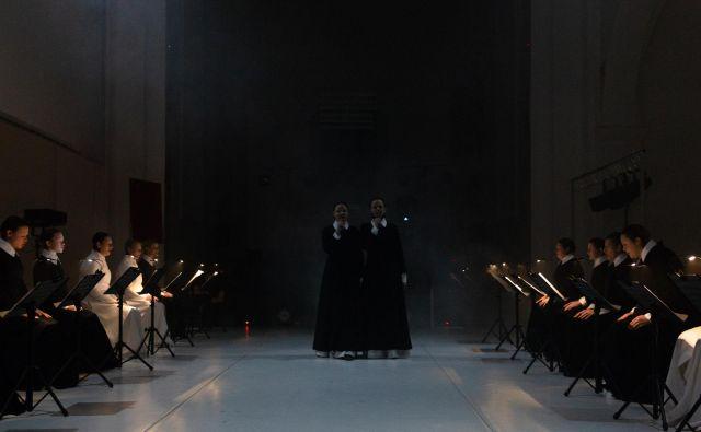 Zadnja premiera pred občinstvom, ki je bila uprizorjena tik pred razglasitvijo epidemije, je bil glasbeno-scenski projekt <em>Threnos</em> v zasnovi in režiji Karmine Šilec, delo so pred kratkim prek spleta predvajali na festivalu <em>Operadagen</em> v Rotterdamu.<br /> Foto Dorian Šilec Petek