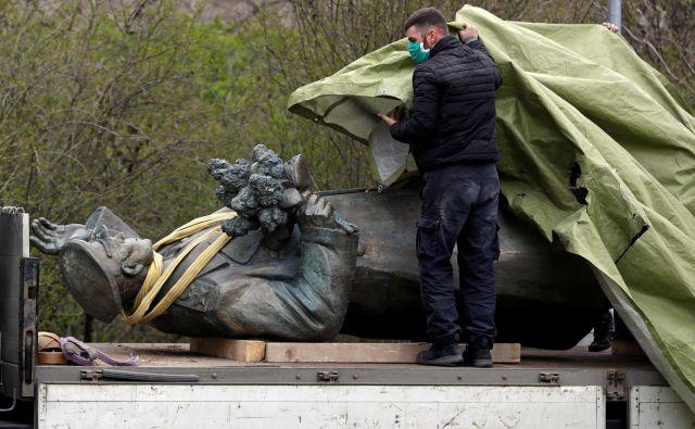 Bo mož, ki je dal v šestem praškem okrožju odstraniti kip sovjetskega maršala Ivana Konjeva, kaznovan tako, da ga bodo zastrupili? FOTO: Reuters