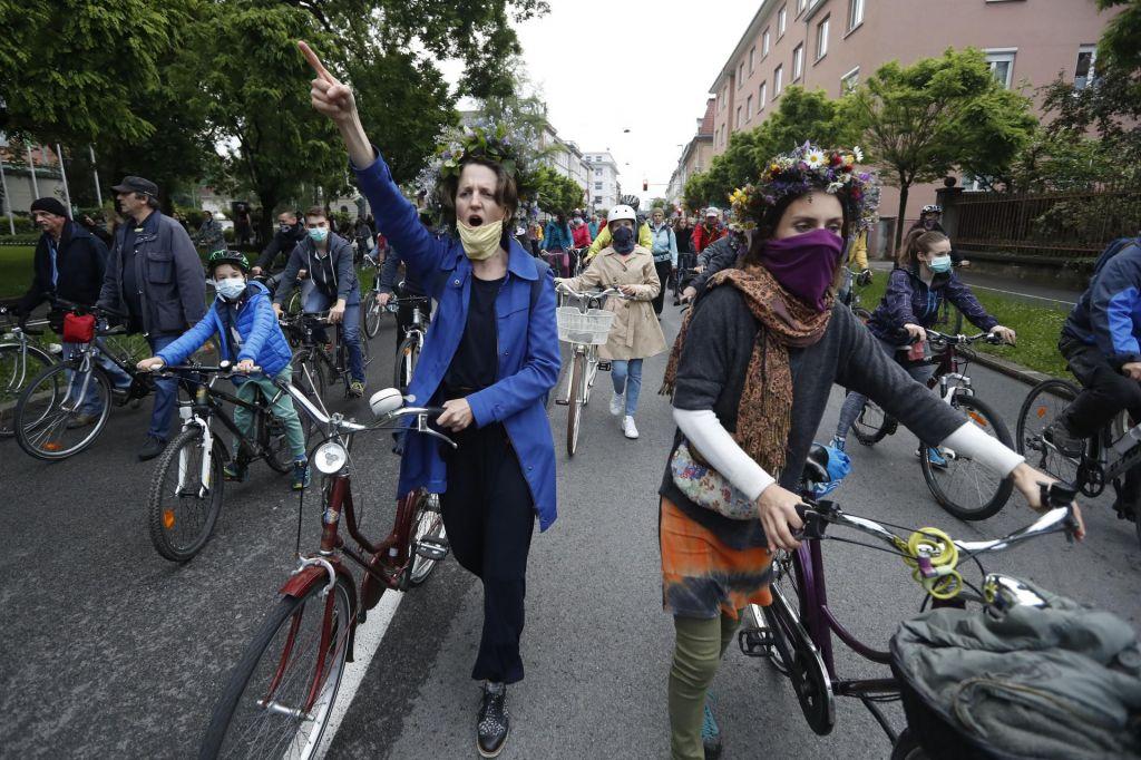 FOTO:Kolesarji in varuhi narave v en glas proti vladi