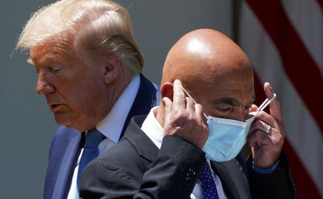 Ameriški predsednik Donald Trump in njegov novi strokovnjak za cepivo proti covidu 19 Moncef Slaoui. Foto Kevin Lamarque Reuters