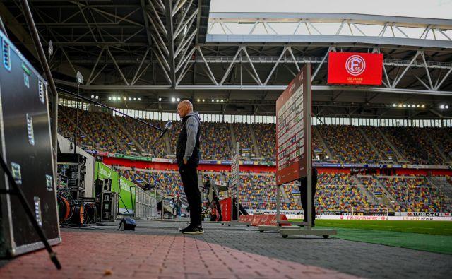 Trener Fortune, Uwe Roesler, je moral upoštevati socialno razdaljo tudi med televizijskim intervjujem po tekmi. FOTO: AFP
