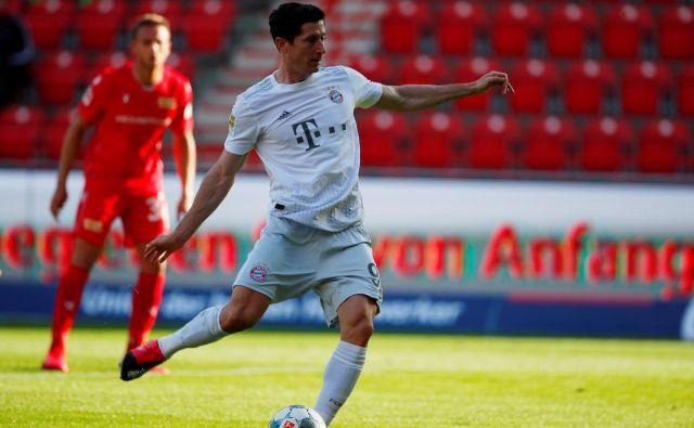 Robert Lewandowski je z 11 m dosegel prvi gol za Bayern po nadaljevanju sezone. FOTO: Reuters