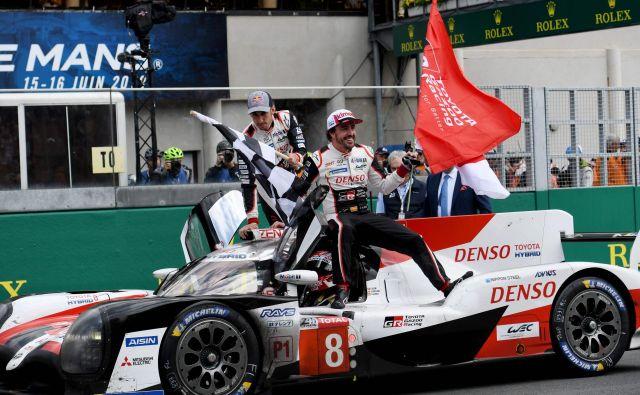 Fernando Alonso (desno) po zmagi na dirki 24 ur Le Mansa. FOTO: AFP