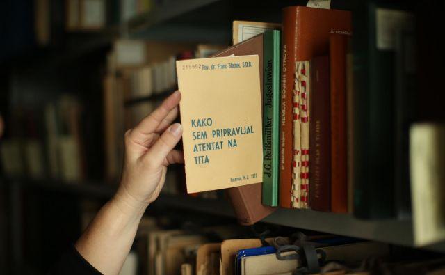 Knjiga iz slovitega D fonda Narodne in univerzitetne knjižnice Kako sem pripravljal atentat na Tita v ZDA živečega duhovnika Franceta Blatnika. FOTO: Jure Eržen
