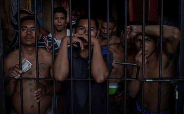 Zaporniške celice zaradi prenatrpanosti pokajo po šivih. FOTO: Adrees Latif/Reuters