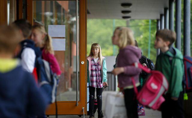 Po dobrih dveh mesecih izobraževanja na daljavo zaradi epidemije covida-19 so vrata za učence prvih treh razredov danes odprle šole.FOTO: Matej Družnik/Delo